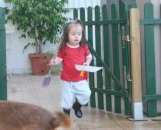 Joana ajuda a mãe no quintal da frente onde de um lado estavam os cães e do outro um recanto sossegado