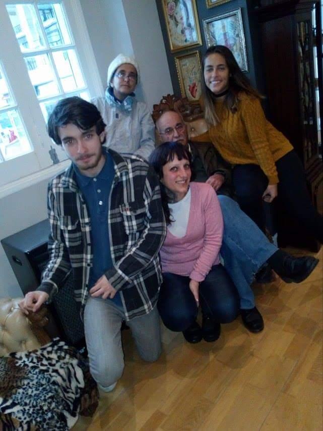 Avô Carlos rodeado de filhas e netos mais velhos