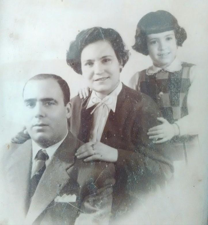 Avós maternos Jorge e Romana e minha mãe Margarida em novinha